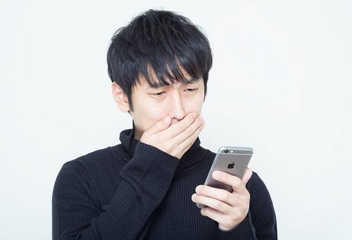 iPhoneが故障して困っている男性